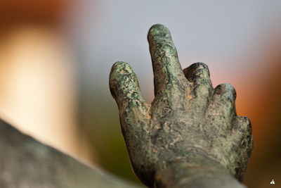 "eine Hand weist den Weg ""immer da lang"""